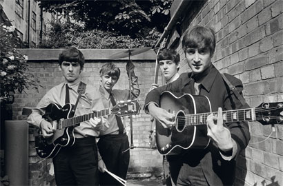 I Beatles negli Abbey Road Studios mentre registrano il loro primo album Please Please Me, Londra, 1963, 54,9 x 73 cm, © Terry O'Neill