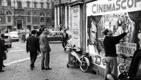 L'artista in Piazza del Popolo a Roma negli anni Cinquanta