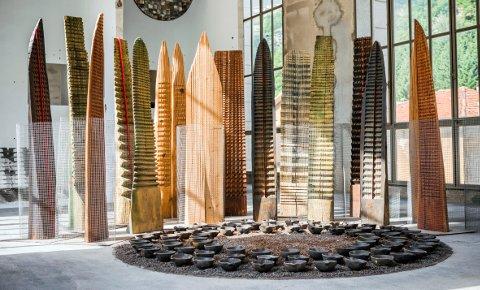 Franca Ghitti, Bosco/Wald con tondo delle offerte, 1990-1995, legno, tazze di siviera, polvere di sfrido, rete metallica © Fabio Cattabiani