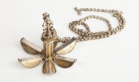 Pomander o pomo d'ambra - argento dorato, riccamente inciso, catena in argento, Germania Meridionale, fine XVI sec., 6,5 cm, © drom fragances
