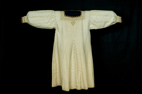 Manifattura italiana: Camicia femminile, seconda metà XVI secolo; lino, seta; Prato, Museo del Tessuto