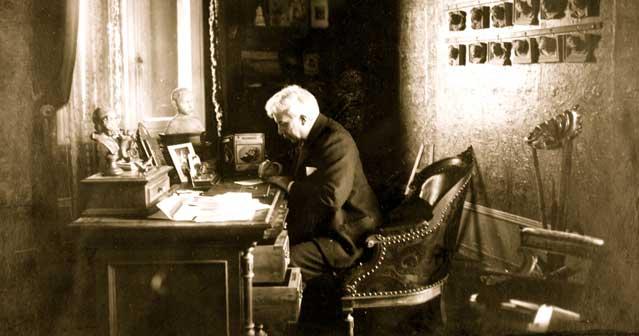Antonio Fogazzaro alla scrivani