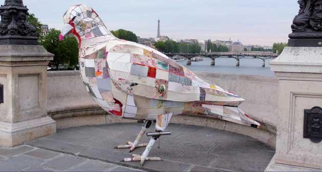 Gesine Arps, La colomba della pace, Parigi, Pont Neuf 2011