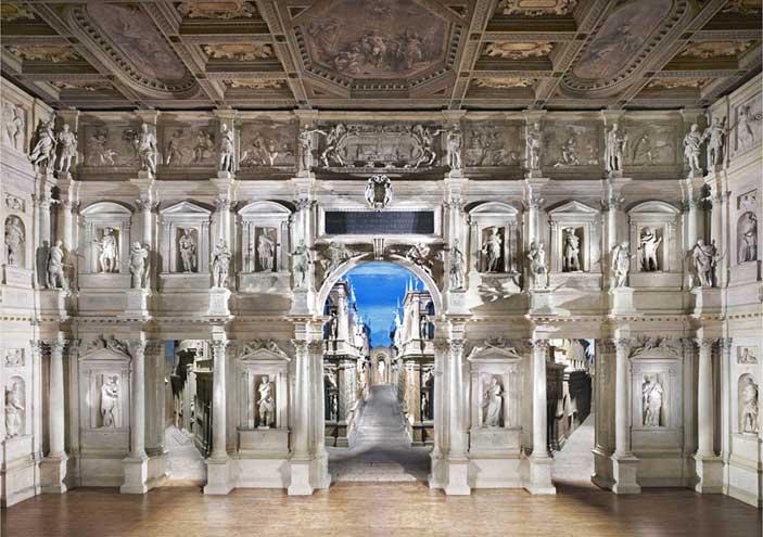 Candida Höfer, Teatro Olimpico Vicenza II (2010), stampa lightjet; 180 x 235 cm, Rimini, Collezione privata