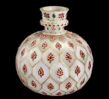 Huqqa (hooqah), o contenitore di giada bianca, ageminato con motivi floreali in rubini e smeraldi - India, probabilmente Deccan, fine XVII-XVIII secolo d.C. - Mostra Arte della Civiltà Islamica