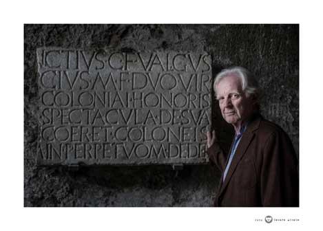 Adrian Maben davanti iscrizione Anfiteatro Pompei