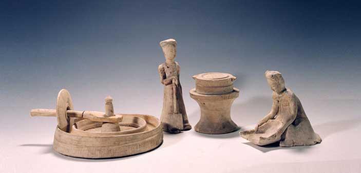 Statuette in ceramica bianca di persone che lavorano il cibo (618-907 d.C.)