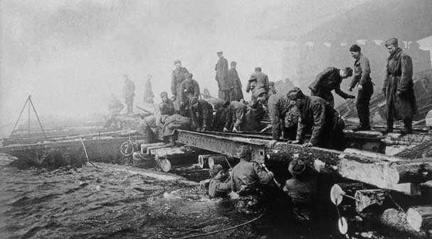 L'incontro dei soldati sovietici con i francesi liberati a Berlino. Foto Mark Redkin/TASS