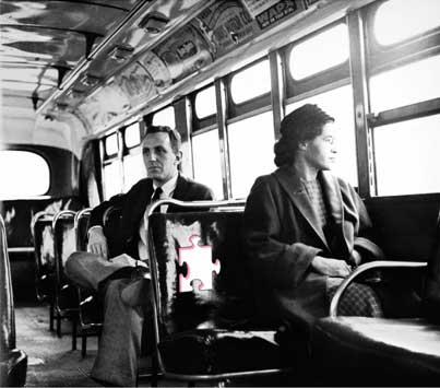 """Rosa Parks, seduta su un autobus, nella parte riservata ai """"bianchi"""", Montgomery, Alabama; dietro di lei il giornalista Nicholas C. Criss, 21/12/1956, Granger, NYC - Archivi Alinari"""