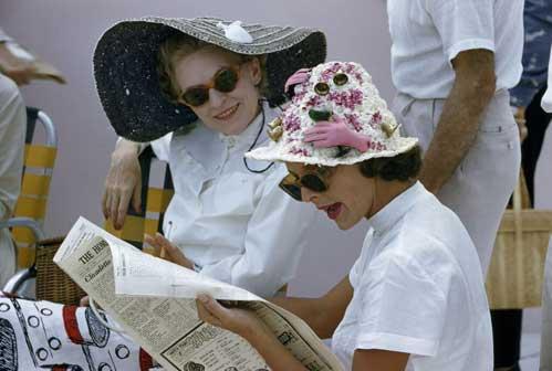 Anthony B.Stewart, Bahamas 1958, Ninnoli bizzarri adornano il cappello della spettatrice di una regata