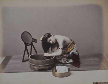 Kusakabe Kimbei, Donna che si lava i capelli, 1890 circa