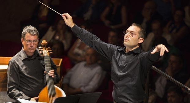 Il Maestro Maurizio Agostini sul podio dell'Orchestra del San Carlo