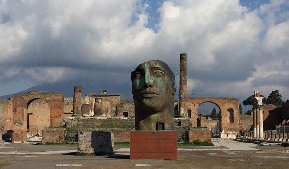 Opera di Igor Mitoraj collocata negli scavi di Pompei