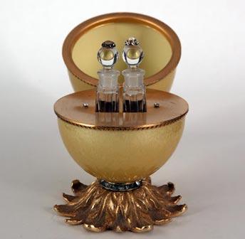 Uovo da profumo, Contenitore in vetro colorato con montatura in bronzo per due flaconi, decorato con pietrine di vetro, Francia, 1920-1930, Collezione Storp