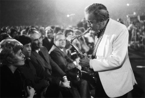 Paul Gonsalves e pubblico, Duke Ellington Orchestra, Palasport, Bologna Jazz Festival © Silvia Lelli e Roberto Masotti - Mostra Musiche