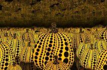 Yayoi Kusama, All the Eternal Love I Have for the Pumpkins, 2016 - Legno, specchio, plastica, acrilico, LED, 292,4x415x415 cm - Edizione di 3 prove più 1 dell'artista - Courtesy: Kusama Enterprise, Ota Fine Arts, Tokyo / Singapore and Victoria Miro, London © Yayoi Kusama. Photography by Thierry Bal