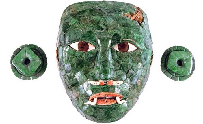 Maschera funeraria con ornamenti per le orecchie Calakmul, Campeche Periodo Classico Tardo (600 – 900 d.C.) Giada, ossidiana e conchiglia (Pinctada mazatlánica e Spondylus princeps) INAH. Museo Arqueológico de Campeche, Fuerte de San Miguel. San Francisco de Campeche, Campeche 10 - 566423 | 10 - 566424 0/2 - Mostra Maya. Il linguaggio della bellezza
