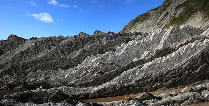 Stratificazione verticale nei pressi di Zumaia, Paesi Baschi, Spagna. Photo by Marco Carlo Stoppato - Mostra Terremoti