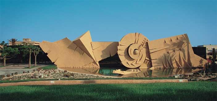 Arnaldo Pomodoro, Moto terreno solare, 1989-1994 cemento, h da 3 a 9 m x 90 m Marsala, Simposio di Minoa (foto Ermanno Casasco)