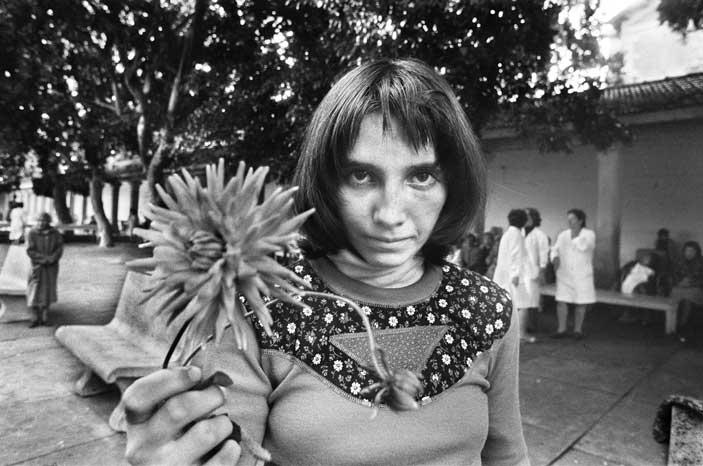 Letizia Battaglia, Via Pindemonte, Ospedale Psichiatrico, Palermo 1983, Courtesy l'artista