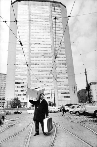 Uliano Lucas: Immigrato sardo davanti al grattacielo Pirelli, Milano, 1968