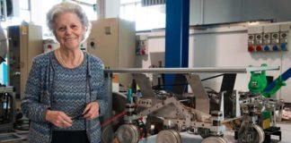 La scienziata Amalia Ercoli Finzi accanto ad un prototipo di rover spaziale nel laboratorio del Dipartimento di Ingegneria Aerospaziale del Politecnico di Milano. Foto Enza Tamborra