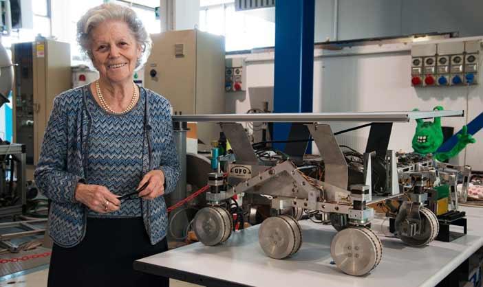 La scienziata Amalia Ercoli Finzi accanto ad un prototipo di rover spaziale nel laboratorio del Dipartimento di Ingegneria Aerospaziale del Politecnico di Milano. Foto Enza Tamborra - Mostra Space Girls Space Women