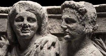 Capitello d'anta figurato con coppia di Domini, dalla Casa dei Capitelli Figurati, Soprintendenza Pompei, alt. cm 50, largh. cm 81, prof. cm 82, seconda metà del II secolo a.C. © Luigi Spina