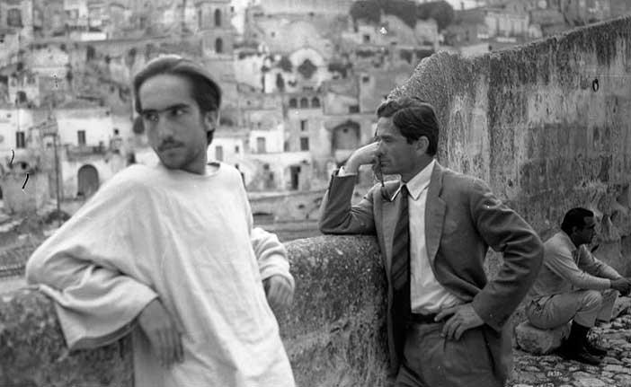Pier Paolo Pasolini e la Città dei Sassi in una celebre foto di Domenico Notarangelo