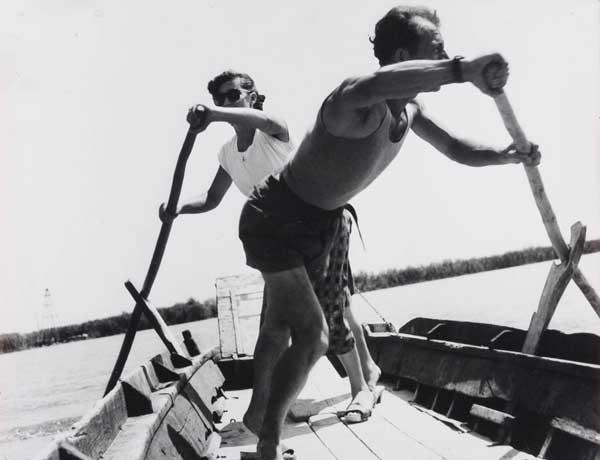 Pietro Donzelli, Il traghetto di Forti per L' isola Camerini, 1953. © Renate Siebenhaar, Estate Pietro Donzelli, Frankfurt a. M.