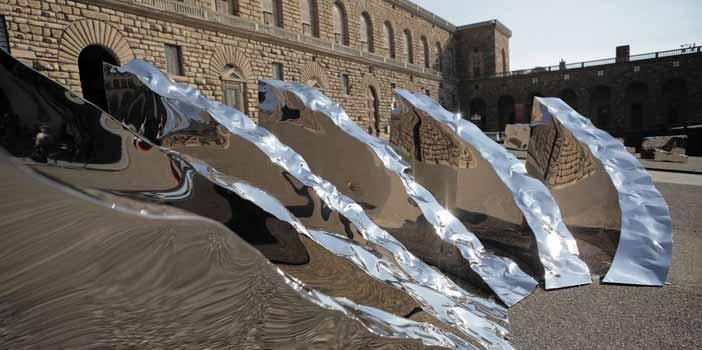 Helidon Xhixha, Conoscenza, 2017, acciaio lucidato a specchio, 630 × 330 × 190 cm, Palazzo Pitti, Piazza Pitti, Firenze