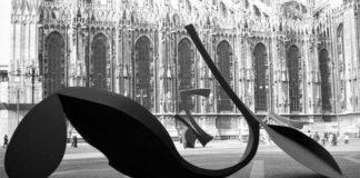 Carlo Ramous, Panoramica delle sculture Continuità e Gesto per la libertà esposte in Piazzetta Reale a Milano nel 1974 (fotografia di Enrico Cattaneo)
