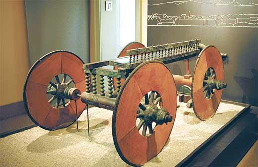 Carro cerimoniale protostorico, V sec. a.C., Rinvenuto a Lazzago nel 1928, esposto al Museo Archeologico di Como, © MIBACT