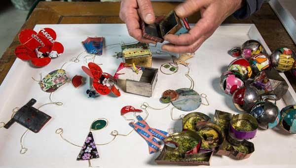 """Monica Cecchi, Dettaglio della designer al lavoro - mostra """"Corpo, movimento, struttura. Il gioiello contemporaneo e la sua costruzione"""""""