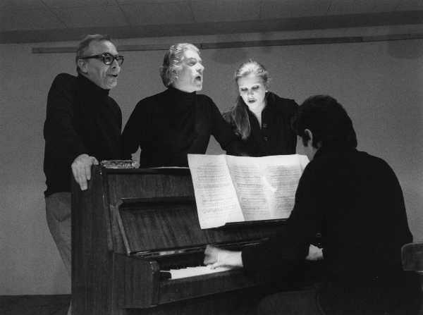 Giorgio Strehler con Tino Carraro e Milva in Io, Bertolaso Brecht n.2 (1974) © Luigi Ciminaghi / Archivio Piccolo Teatro di Milano