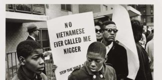 'Harlem Peace March (New York City, 1967)', 1967 Builder Levy © Victoria and Albert Museum - Mostra Revolution