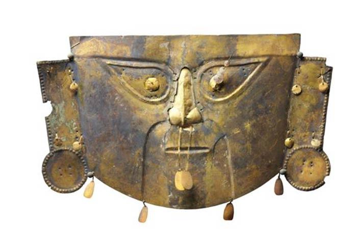 Maschera, Cultura Chimù-Lambayeque, 1300 d.C., Maschera funebre in rame ricoperto da lamina d'oro, Altezza 26 cm, Venezia, Collezione Ligabue