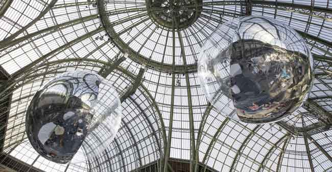 Tomás Saraceno, Aerocene 10.4 & 15.3, 2015, Installation view at Grand Palais, Paris. Courtesy the artist; Tanya Bonakdar Gallery,New York; Andersen's, Contemporary, Copenhagen; Pinksummer contemporary art, Genoa; Esther Schipper, Berlin. © Photo by Studio Tomás Saraceno, 2015 - Mostra Gravity. Immaginare l'Universo dopo Einstein al Maxxi di Roma