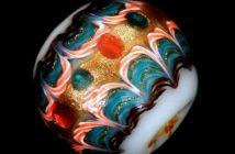 Perle di vetro a lume, XIX secolo, Forma sferica e a oliva con decorazioni a pettine, Misure: diametro x lunghezza da mm 11x21 a mm 19x17. palle da forbici mm 40x40