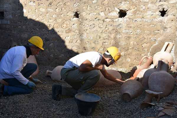 Pompei, scavi archeologici - Deposito di anfore presso la Schola Armatorarum