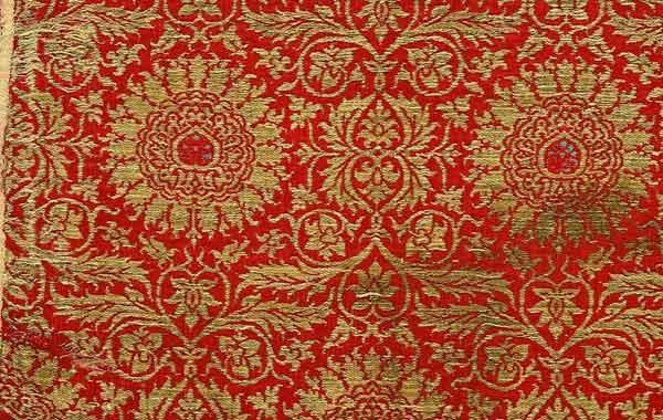 Frammento di tessuto con motivo a rosette, Italia (Lucca?), ultimo quarto del XIV secolo, Lampasso lanciato, seta, oro, Prato, Museo del Tessuto