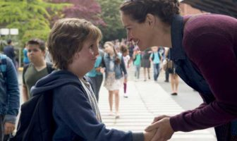 Jacob Tremblay e Julia Roberts in una scena del film Wonder