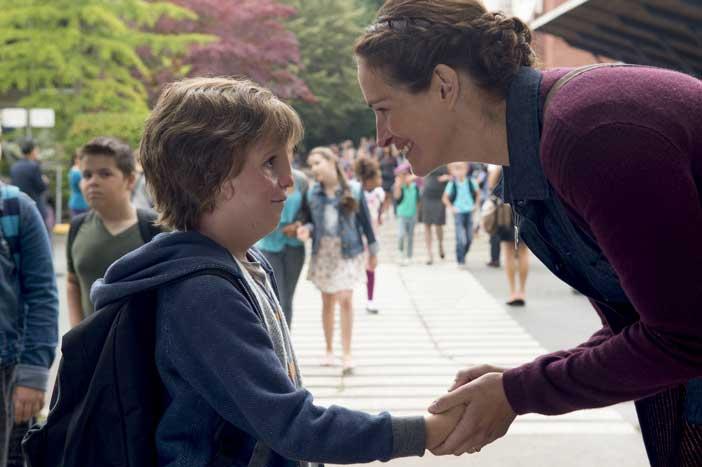 Jacob Tremblay e Julia Roberts in una scena del film Wonder