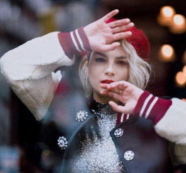EMMA conquista l'oro con il suo sesto album di inediti