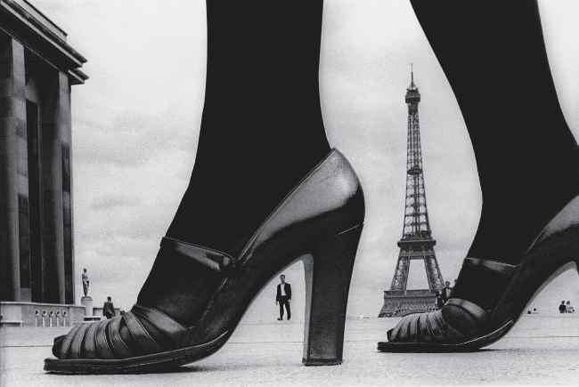 Frank Horvat, Parigi, Scarpe e Tour Eiffel, 1974