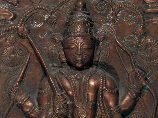 Particolare di una placca hindu raffigurante Vīrabhadra con la veste indossata corta per il combattimento. Karnataka, India meridionale, XIX sec. Sbalzo su rame. Cm. 35,8 x 27,5