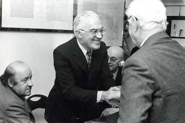 Giancarlo Vigorelli con Giacomo Manzù e Carlo Mattioli.©Archivio DUfoto