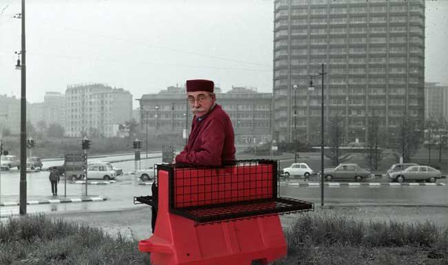 """Ugo La Pietra,""""Riconversione progettuale: barriera antiterrorismo / poltrona"""", fotomontaggio, poltrona realizzata da riconversione di dissuasore stradale, misura 80x 40 h 60 cm, 2016/2017"""
