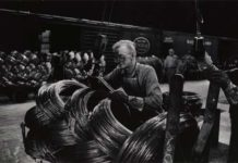 W. Eugene Smith, USA, 1918-1978, Operaio di un'acciaieria che prepara le bobine / Mill Man Loading, Coiled Steel, 1955-1957, Stampa ai sali d'argento / gelatin silver print, 22.86 x 34.61 cm, Gift of the Carnegie Library of Pittsburgh, Lorant Collection © W. Eugene Smith / Magnum Photos