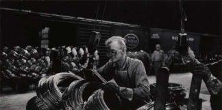 W. Eugene Smith, USA, 1918-1978, Operaio di un'acciaieria che prepara le bobine / Mill Man Loading, Coiled Steel, 1955-1957, Stampa ai sali d'argento / gelatin silver print, 22.86 x 34.61 cm, Gift of the Carnegie Library of Pittsburgh, Lorant Collection © W. Eugene Smith / Magnum Photos